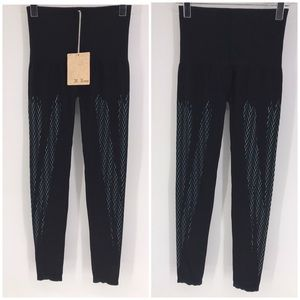 NWT M. RENA LEGGINGS Pants High Waist Arrow Print